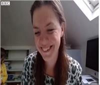 شاهد| طفلة تقاطع والدتها على الهواء.. ومذيع «بي بي سي» يتصرف بذكاء
