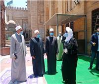 صور| بـ«الحلوى» و«الكمامات».. الصلاة الأولى للنساء بالسيدة زينب