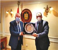 """وزير قطاع الأعمال العام يكرم مدحت نافع رئيس """"القابضة المعدنية"""" السابق"""