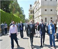 صور| رئيس جامعة القاهرة يتفقد لجان الامتحانات.. في جولته الأولى