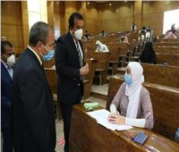 وزير التعليم العالي يتفقد لجان الامتحانات بكلية العلوم جامعة السويس