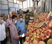 محافظ مطروح يتفقد معرض بيع الخضروات للاطمئنان على الالتزام بالأسعار