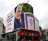 ملكة بريطانيا تكرم معمرا عمره 100 عام لجهوده في مكافحة كورونا
