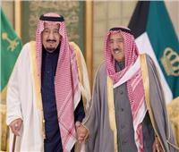 خادم الحرمين الشريفين يجري اتصالاً هاتفياً بأمير الكويت للاطمئنان على صحته