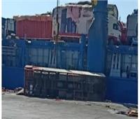 انقلاب شاحنة بضائع على رصيف ميناء سفاجا
