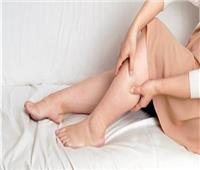 أستاذ أوعية دموية يحدد 3 أسباب لتورم القدمين عند مريض السكر
