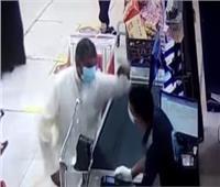 كويتي يعتديعلى مصري بمحل عمله.. وصاحب العمل يتضامن بالاستقالة