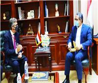 وزير السياحة والآثار يستقبل سفير بريطانيا بالقاهرة لبحث دفع الحركة السياحية بين البلدين