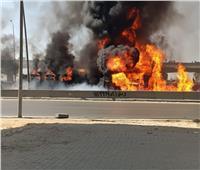 بالفيديو.. اشتعال النيران في سيارة يغلق الطريق الدائري