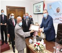 وزير القوى العاملة يكرم 8 من قدامي المديرين بالإسكندرية