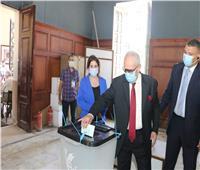صور| «أبو شقة» يدلي بصوته في انتخابات الشيوخ بالدقي.. ويدعو المواطنين للمشاركة