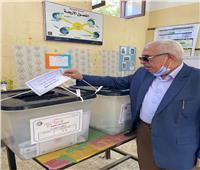 مرشح بالقائمة الوطنية من أجل مصر يدلي بصوته في انتخابات الشيوخ بأسيوط