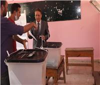 رئيس المجلس الأعلى لتنظيم الإعلام يدلي بصوته بانتخابات الشيوخ
