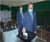 صور.. وزير الطيران المدنى يدلي بصوته في انتخابات مجلس الشيوخ