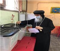 الأنبا مكاريوس يدلي بصوته في انتخابات الشيوخ