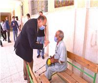 محافظ أسيوط يصطحب مسن للإدلاء بصوته في انتخابات مجلس الشيوخ