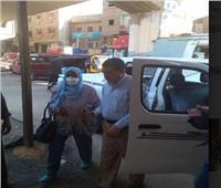 صور| محافظ الجيزة يوفر سيارة لمواطنة تشكو صعوبة الوصول لمقرها الانتخابي