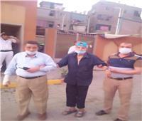 صور| محافظ الجيزة يوفر سيارة لنقل مسن للتصويت في انتخابات الشيوخ