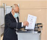 رئيس العربية للتصنيع يدلي بصوته في انتخابات مجلس الشيوخ بمدينة نصر