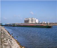 صور| ميناء دمياط ينقل شحنة من القمح إلى صوامع إمبابة عبر نهر النيل