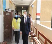 محافظ سوهاج يتفقد 10 لجان فرعية للاطمئنان على سير العملية الانتخابية