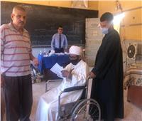 مواطن يدلي بصوته على كرسي متحرك بأسيوط ويطالب المواطنين بالمشاركة
