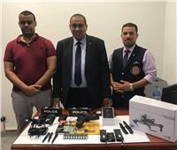 جمارك مطار برج العرب تضبط مسدسا وطائرة تنصت بحوزة راكب