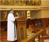 """رئيس """"الأسقفية"""" يصلي أول """"قداس أحد"""" بعد فتح الكنائس للرعايا الأجانب"""