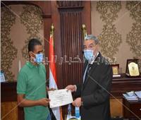 محافظ المنيا يكرم موظف بمرسى بني حسن لانقاذه 3 أشخاص من الغرق