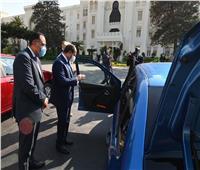 بالصور| الرئيس السيسي يتفقد نماذج سيارات كبرى الشركات العالمية «المُصنعة محليًا»