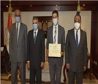 رئيس هيئة قناة السويس يكرم العاملين بأنفاق تحيا مصر بالإسماعيلية