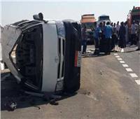 أصابة ١٤عامل زراعي في تصادم سيارة برصيفالطريق الصحراوي