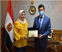 وزير الشباب يُكرم الطالبة آية طه حسين