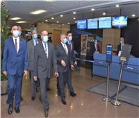 وزير الطيران يتفقد مطار القاهرة في أول يوم تطبيق شهادة الPCR