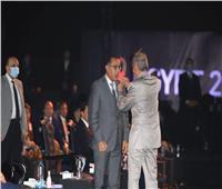 رئيس الاتحاد الدولي لكرة اليد يهدي رئيس الوزراء «دبوس ذهب»