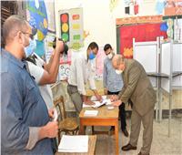 رئيس جامعة أسيوط ونائبه يدليان بصوتهما في جولة إعادة انتخابات مجلس الشيوخ