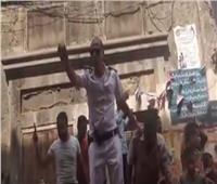 بالفيديو| ضابط بالإسكندرية يحتوي مواطنين غاضبين.. وينهي الخلاف بهتاف «تحيا مصر»