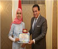 وزير التعليم العالي يكرم الطالبة الأولى على الثانوية العامة «مكفوفين»