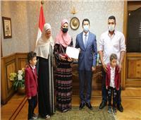 وزير الشباب يكرم طالبتين متفوقتين في الثانوية العامة