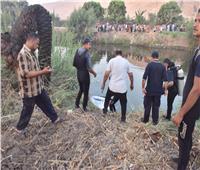 محافظ أسيوط يتفقد موقع حادث سقوط سيارة بإحدى الترع..ويتابع انتشال الضحايا