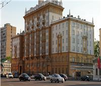 أمن السفارة الأمريكية يوقف شخصا اقتحم مقر السفير في موسكو بسيارة