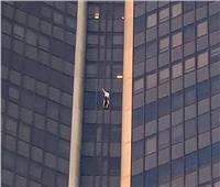 على طريقة «سبيدرمان».. شخص يتسلق أعلى برج في باريس بدون أي «حماية»| فيديو