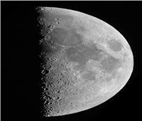 «قمر التربيع الأول» يزين قبة السماء.. الليلة