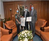 تكريم موظف بمصر للطيران لأمانته بعد تسليمه ٢٠٠٠ دولار