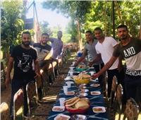 صور| أقباط يشاركون تقديم الطعام في افتتاح مسجد بقنا
