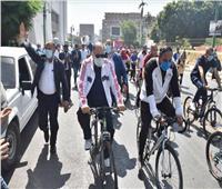 صور| وزير الرياضة ومحافظ أسيوط يشاركان 650 شاب وفتاة في ماراثون للدراجات