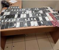 جمارك مطار القاهرة تحبط محاولة راكب تهريب 105 iPhones داخل هاندباج