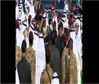 فيديو  لحظات مؤثرة.. أمير الكويت الجديد يقبل جثمان الشيخ صباح الأحمد