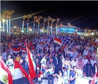 بالأعلام وهتافات «تحيا مصر».. الآلاف يحتفلون بذكرى أكتوبر في شرم الشيخ