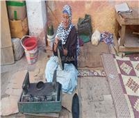 حكايات| على رصيف السبعين عاماً الحاجة سيدة تلمع الأحذية «لجل زيارة النبي»